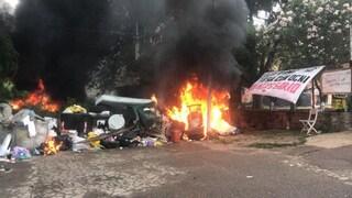 Sgombero a Roma: barricate in fiamme, cariche e idranti