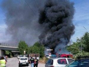 La nube nera dall'auto gpl in fiamme
