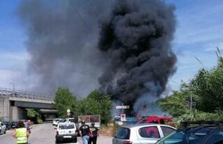 Incendio Nuova Fiera di Roma, auto gpl prende fuoco: in fiamme 12 macchine, nube nera