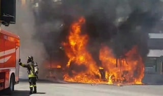 Incendio a piazza Cantù a Roma: autobus in fiamme su via Appia Nuova, esplosioni e nube nera