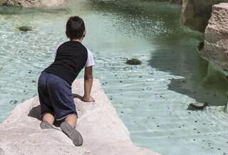 Roma, bagni nella Fontana di Trevi: bimbo si tuffa in acqua e si arrampica sul monumento