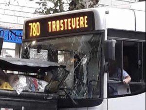 L'autobus 780 finito contro le auto in sosta e i cassonetti Ama. Da Instagram welcometofavelas