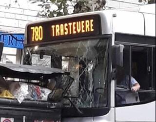 Roma, autobus 780 Atac si schianta contro cassonetti e auto in sosta
