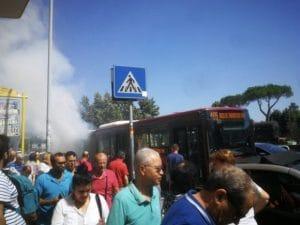 Il bus in fiamme in via di Portonaccio (Foto Twitter di Fabio Felix)