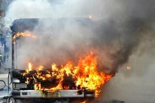 Roma, autobus in fiamme nella galleria Giovanni XXIII: automobilista intossicato