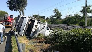 Incidente su via Pontina: camion contro guard rail, conducente perde un piede