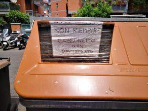 """Un nuovissimo cassonetto dell'Ama alla Balduina con la scritta: """"Non utilizzare, ancora non è stato registrato"""""""