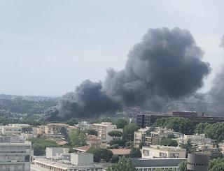 Roma, incendio in un'officina alla Magliana: 4 capannoni a fuoco, nube nera su Eur e Ostiense