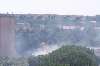 Centocelle, rifiuti e sterpaglie in fiamme a ridosso delle case