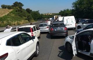 Roma, accusa malore mentre è in fila sulla Pontina: portato via con l'eliambulanza, traffico in tilt