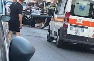 Roma, si ribalta con la Porsche e abbandona la compagna ferita: è gravissima