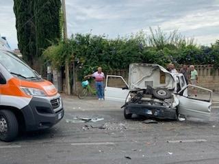 Velletri, grave incidente stradale tra due auto: quattro feriti