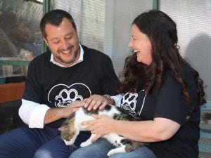 Matteo Salvini visita il gattile del Verano a Roma.