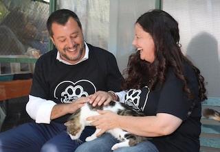 Matteo Salvini visita il gattile del Verano, un milione di euro contro chi maltratta gli animali