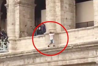 """Roma, uomo minaccia di buttarsi giù dal Colosseo per protesta: """"Lasciateci lavorare"""""""
