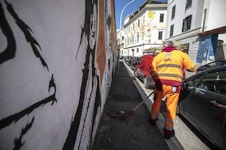 Emergenza rifiuti a Roma, operatori Ama aggrediti da 3 persone: 'Rispetto per chi lavora in strada'