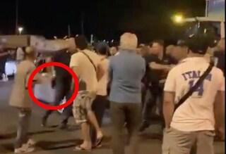 """Civitavecchia, agente estrae arma contro famiglia tunisina: """"Guarda che sparo"""""""