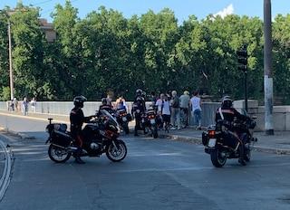 Roma, un uomo minaccia di buttarsi da Ponte Garibaldi: lo salvano i carabinieri