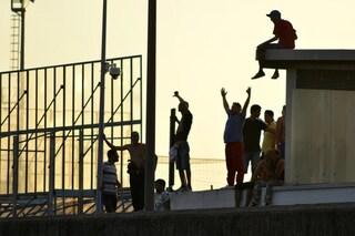 Rivolta nel Cpr di Ponte Galeria: 13 migranti riescono a fuggire