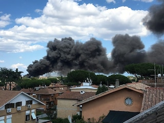 Roma, incendio su via Appia a Quarto Miglio: in fiamme deposito di auto, nube di fumo nero su città