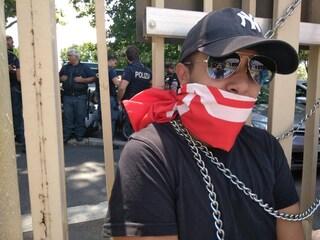 """Staccano il gas all'occupazione, senza casa si incatenano alla Regione: """"Basta sgomberi"""""""