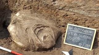 Le meraviglie di Roma antica: dopo la testa di Dioniso emerge un busto in via Alessandrina