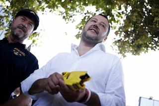 """Matteo Salvini visita la caserma di Nettuno e prova il taser: """"Ne daremo migliaia alla Polizia"""""""