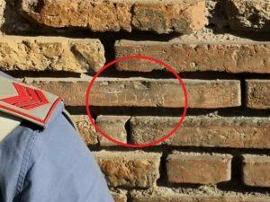 Il nome inciso dal turista su una parete del Colosseo