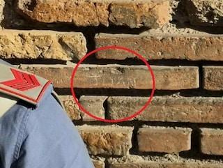 Sfregio al Colosseo, turista incide il suo nome su una colonna con una chiave: denunciato