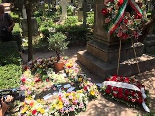 L'ultimo saluto a Camilleri al Cimitero Acattolico di Roma, dove riposano già Gramsci e Gadda