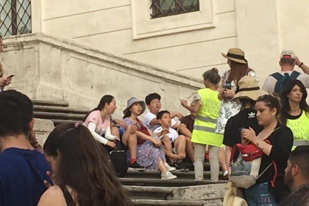 Piazza di Spagna, turisti invitati ad alzarsi