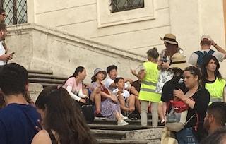 Ma che senso ha impiegare 20 vigili per non fare sedere i turisti a piazza di Spagna?