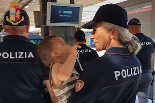 Il treno parte e lei rimane fuori: il figlio di 2 anni rimasto a bordo salvato dai poliziotti