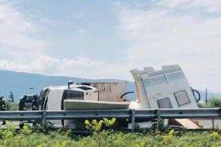 Camper si ribalta sull'autostrada A1 tra Ferentino e Anagni: 5 feriti, code fino a 8 chilometri