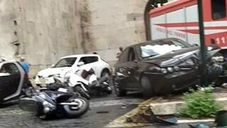 Roma, incidente a Porta San Sebastiano: auto travolge tre moto e si schianta contro un semaforo