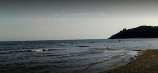 Minturno, anziana muore mentre fa il bagno in spiaggia a Scauri: trascinata esanime a riva