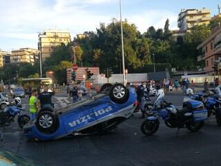 Roma, volante della polizia si cappotta: 4 feriti, 2 sono poliziotti