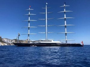Il Maltese Falcon nelle acque di Ponza (Foto via Facebook)