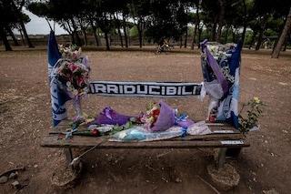 Omicidio Diabolik, incendiata la panchina dell'agguato: sopra c'erano fiori e sciarpe della Lazio