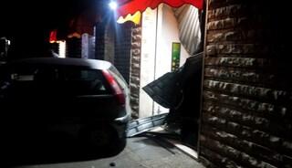 Rapina a Marconi, auto sfonda la saracinesca di un bar: rubati 6mila euro
