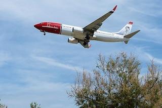 Fiumicino, aereo perde pezzi in volo: frammenti di 10 cm colpiscono case e auto