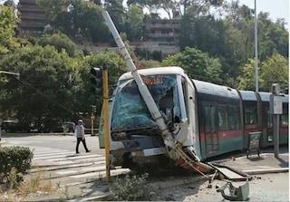 Roma, tram deraglia e si schianta contro un palo dopo lo scontro con una Bmw: tre feriti