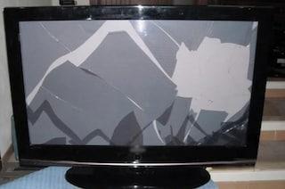 Follia a Roma, scaraventa un frigo dal balcone e una tv dalle scale dopo una lite: denunciato