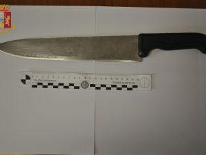 Il coltello utilizzato durante l'aggressione e sequestrato dagli agenti di polizia.