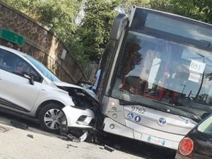 Incidente a Lunghezza, automobile contro bus – Foto Facebook