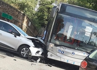 Incidente a Lunghezza, scontro automobile-bus: traffico in tilt