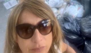 """Vladimir Luxuria e il selfie con rifiuti: """"Mi piange il cuore vedere Roma ridotta così"""""""