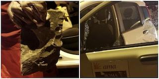 Roma, lavoratrice Ama aggredita da due persone con sanpietrini: le hanno spaccato la macchina