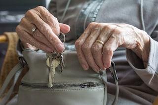 Roma, picchiano anziana mentre entra in casa per una catenina: donna arrestata, caccia al complice