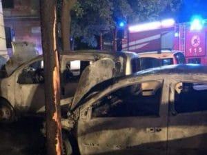 Le auto bruciate a piazzale degli Eroi